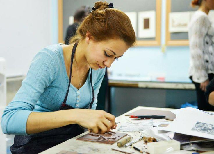 Türkiye' de fazla tanınmayan ancak dünyadaki gelişimi çok eski, yüzyıllara dayanan Özgün Baskıresim Sanatının tanıtımını sağlamak, farklı kültürlerin ve sanatçıların etkileşimini ortaya koyabilecekleri bir ortam yaratmaya çalışan Mini Print Çalıştayı, EÜ Eğitim Fakültesi Güzel Sanatlar Eğitimi Bölümü Özgün Baskı Atölyesi'nde devam ediyor..