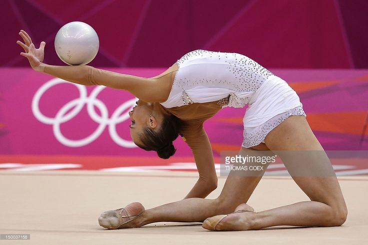 ukraines-ganna-rizatdinova-performs-her-ball-program-during-the-of-picture-id150037158 (1024×683)