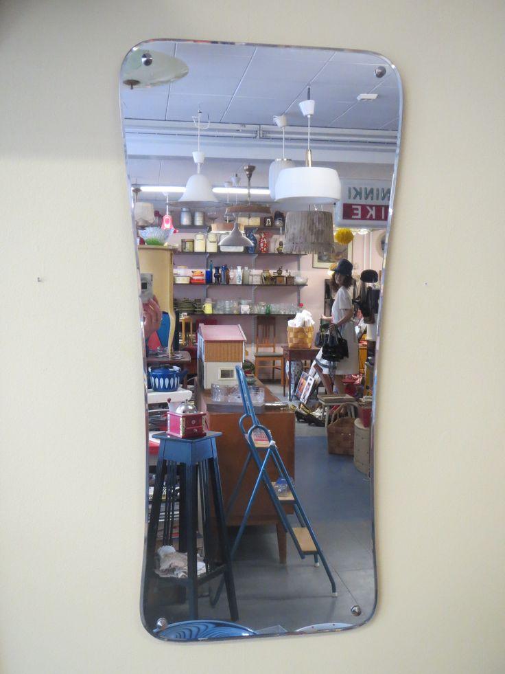 Kauniinmuotoinen vintage-peili, ehjä ja hyväkuntoinen, fasettihiotut reunat. Yläreuna leveämpi kuin alareuna.  Korkeus 88 cm, 41 cm.  60 euroa.
