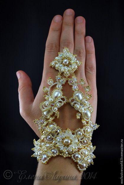 Купить или заказать Свадебное украшение на руку, браслет-митенка с кольцом 'Екатерина' в интернет-магазине на Ярмарке Мастеров. Свадебное украшение на руку невесты, авторский браслет-митенка, соединенный с кольцом, (иначе называемый слейв-браслетом) с натуральным жемчугом и позолоченным бисером. Браслет оригинального дизайна, соединенный с кольцом, добавит нотку роскоши любому свадебному платью и станет великолепным дополнением к обручальному кольцу на пальчике счастливой невесты.