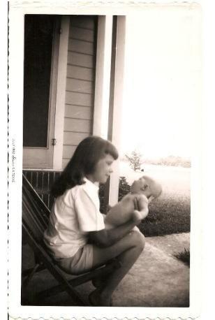 Janis segurando o seu irmão Michael Joplin