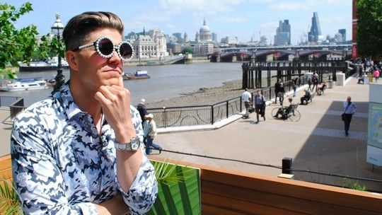 Very chic! Our favourite #dapper TV presenter #DarrenKennedy takes a break from #LondonCollectionsMen with our #pearl #sunglasses for #ITV #ThisMorning!