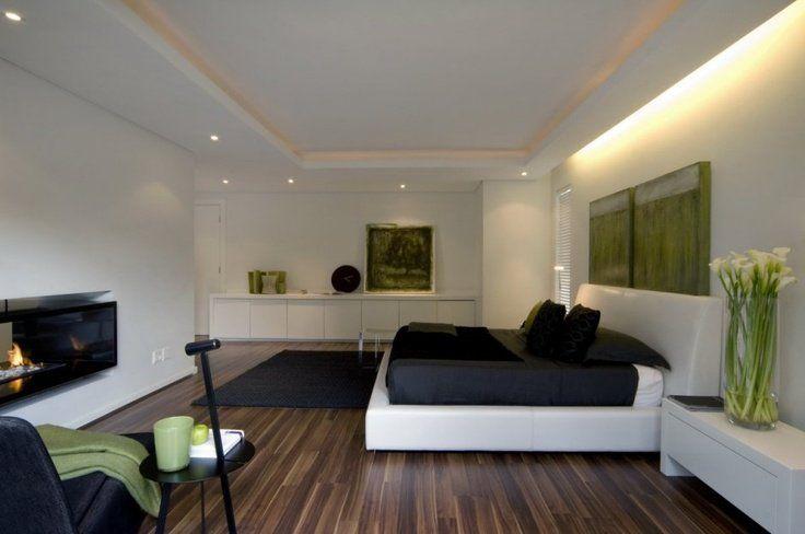 Camera da letto con pavimenti in legno e mobili bianchi