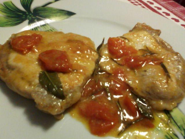 Ingredienti per 2 persone: 5 fettine di arista di maiale 2 cucchiai di farina pomodorini ciliegino olio evo 1 spicchio d'aglio 1 ram...