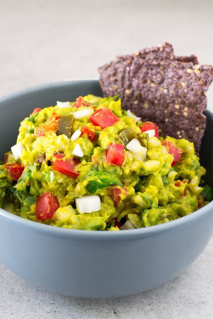 Esta ensalada de guacamole y arroz es una de mis preferidas y la preparo muy a menudo. Es una receta increíblemente sencilla y está para chuparse los dedos.