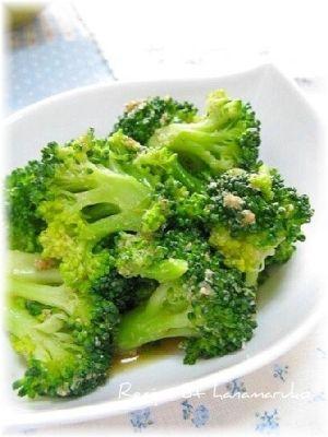 「春野菜のブロッコリーで簡単ナムル」あとひと品に箸休めに、ブロッコリーの簡単ナムルです。【楽天レシピ】