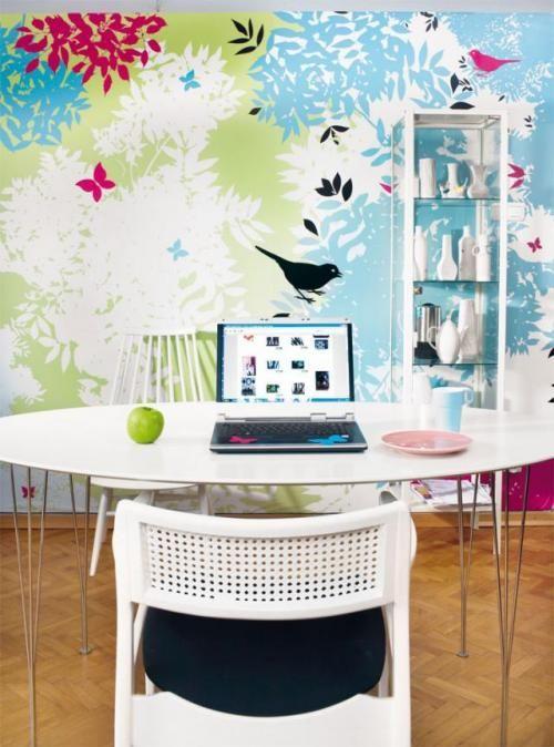 """Na tle kolorowej ściany (cykl """"birds"""") proste meble: szafka stylizowana na apteczną (Ikea), stolik (BoConcept)"""