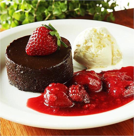 torta de chocolate com calda de morango e sorvete