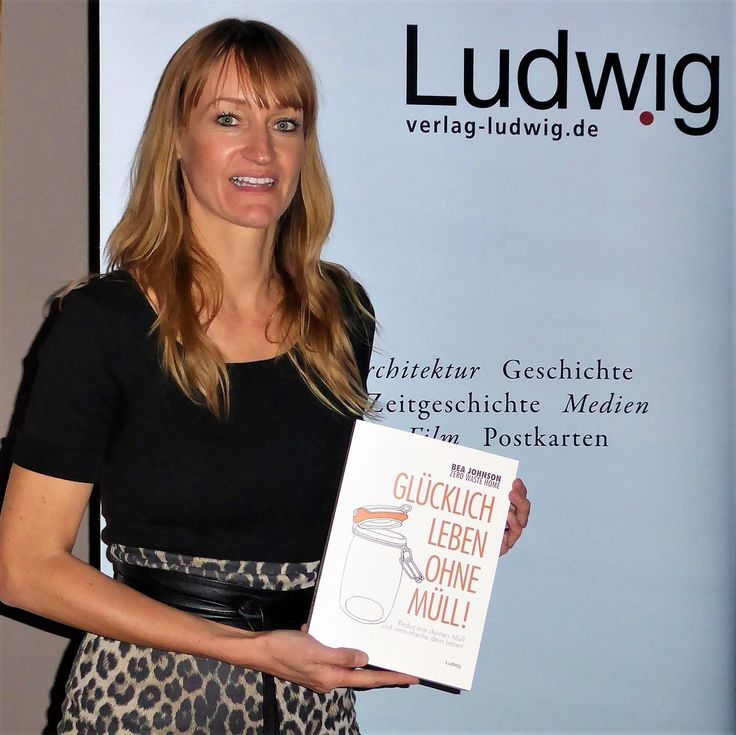 What I am holding here is more than the German translation of my book it's also the beautiful story behind it... After reading the french version of Zero Waste Home Marie Delapierre decided to open @unverpackt_kiel Germany's first bulk store. She contacted me to have me come to Kiel for a speech and I gladly accepted. In the meantime a 12 yr old girl was writing a school report on plastic pollution... When she found out that I was coming to her town for a talk she asked her dad to bring her…
