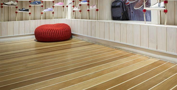 HUSH PUPPIES COSTA URBANA Superficie: 42 m2 Pavimento: piso macizo en madera de Tauarí Tratamiento de Superficie: acabado Bona Naturale
