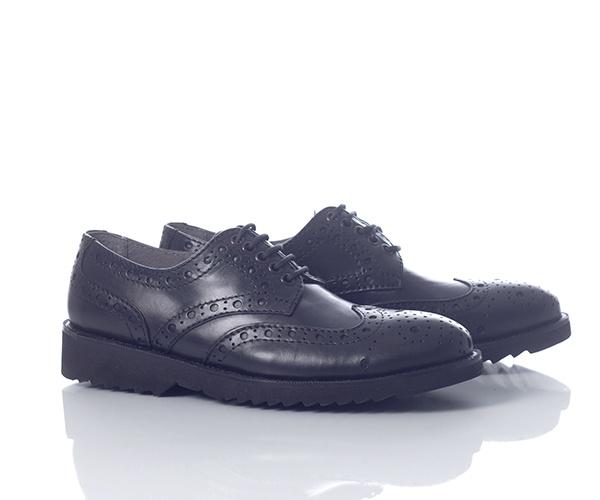 Pantofi casual din piele naturala de culoare neagra, captusiti la interior cu piele naturala. Designul este cu perforatii in stil brogue. La interior sunt captusiti cu piele fina care lasa piciorul sa respire. Talpa este din material extralight, astfel incat ofera o senzatie placuta la purtare, putand fii purtati pe parcursul intregii zile fara ca piciorul sa oboseasca.