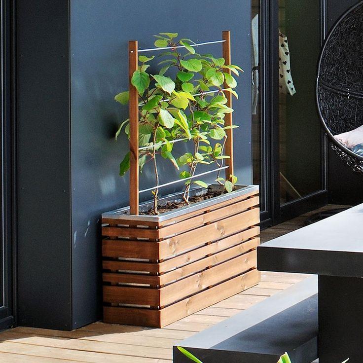 Jardinière en bois naturel.