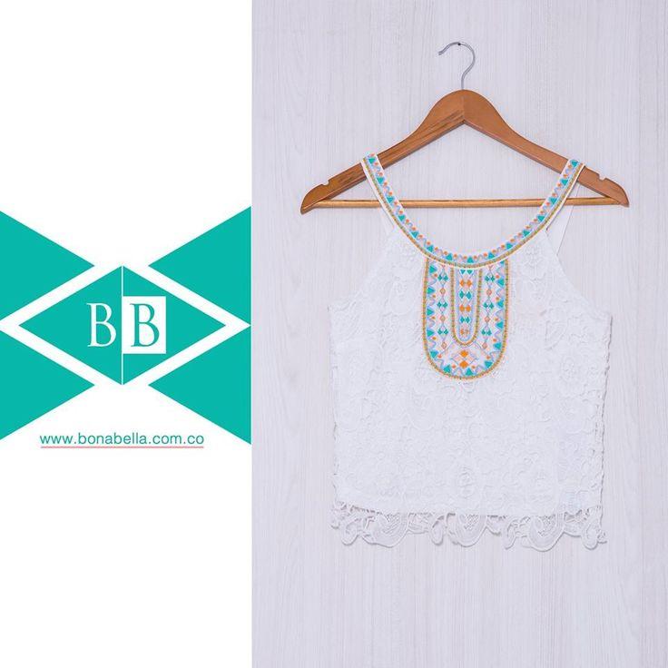 Si te gustan los outfit románticos y con detalles de bordado te presentamos esta opción para que te veas muy femenina.