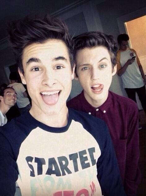 Kian Lawley & Troye Sivan<<< AM I THE ONLY ONE WHO SEES THE PHOTOBOMBER