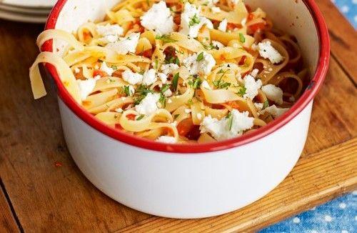 Snel koken voor een grote groep (met de nodige kieskeurige kinderen)? Deze pasta zet je zo op tafel. Serveer er ook een lekkere salade bij, of een stukje vlees of vis!