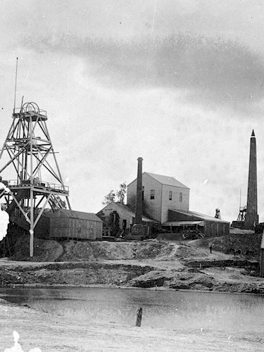 Lansell 's 180 mine. There is a poppet head on the left. Bendigo, Victoria, Australia, 1890 W H Robinson Studio, 1890