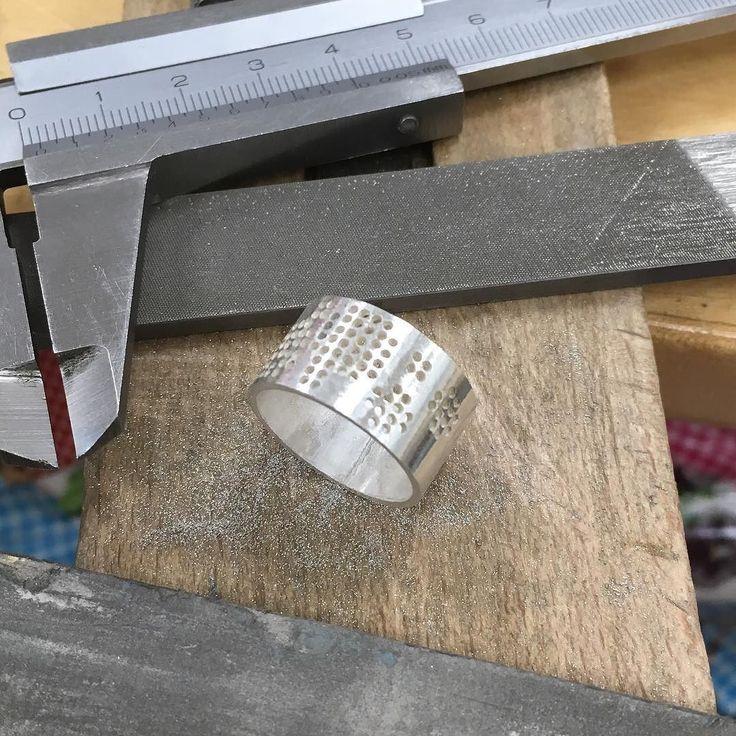 Fijn achter de werkbank aan de slag met een borduurring op maat.  Working on a custom made embroidery ring. #sieradenwebshop #handgemaakt #sieraden #geborduurd #ring #zilver #corinarietveld #silver #handmade #jewelry #jewelrydesign #embroidery #embroiderydesign