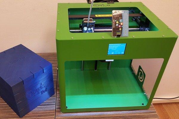 A nyomtatás egészen addig viszonylag unalmas tevékenység, amíg két dimenzióban csinálhatja az ember. A 3D-nyomtatás viszont iszonyatosan menő, hiszen bármikor készíthetünk magunknak süteménykészítő formákat, egyedi telefontokot vagy Star Wars-robotot. Meg is tettük.