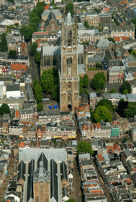 Utrecht - Domtoren. Zou leuk zijn als hier de Tour de Frace of de Giro door heen zou racen.