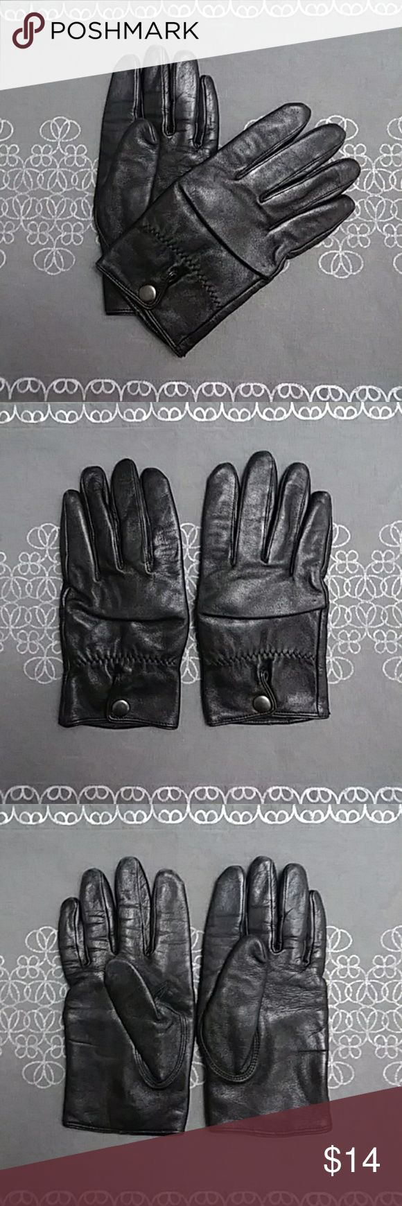 """WILSONS LEATHER Thinsulate Gloves - (M) WILSONS LEATHER Leather with Thinsulate Driving Gloves - Black. Snap closure, zig-zag stitched elasticised upper wrist Outer shell: 100% Black Leather  Lining: 100% nylon for comfort with Thinsulate inner lining of 65% olefin/35% polyester for warmth.Preowned, EUC; just a bit of wear to lower fingertips (please see photos). Size: M Finger (Middle): 3-1/2"""" Wilsons Leather Accessories Gloves & Mittens"""