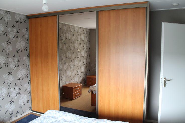 Niet alleen praktisch, maar ook optisch ruimte vergrotend door toepassing van een spiegeldeur. #spiegelkast Meer informatie: www.kastenstudio.eu