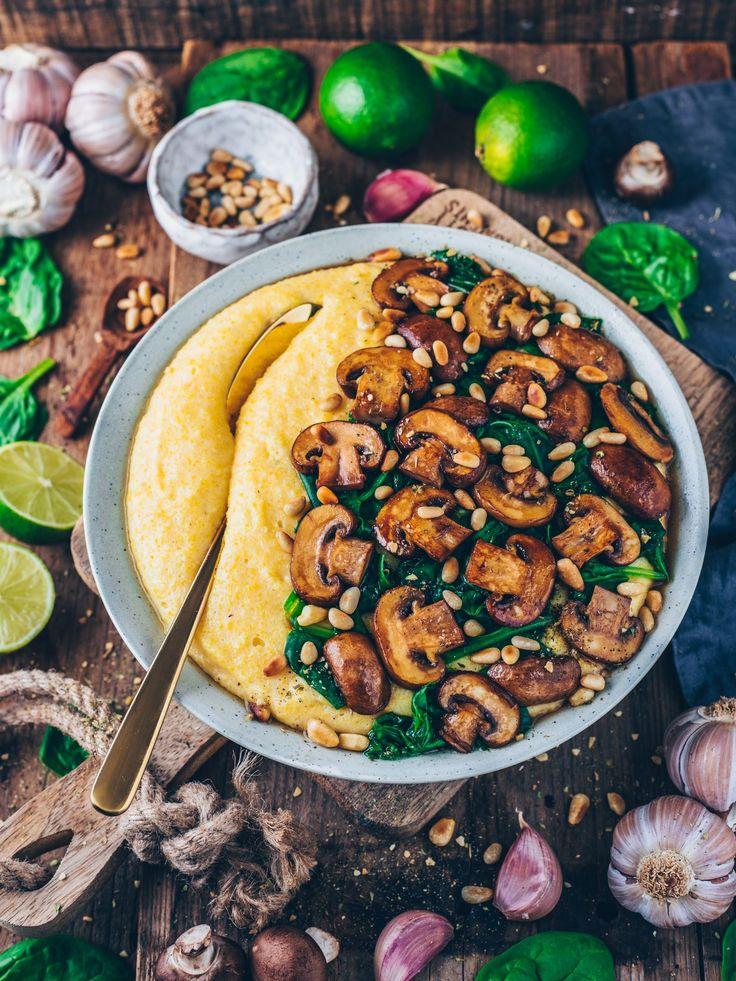 Cremige Vegane Polenta mit Pilzen und Spinat