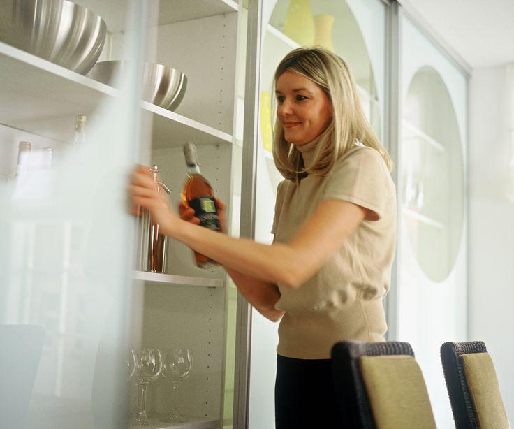 Раздвижные двери 0540 на кухне проект производитель мебели на заказ Деметра Вудмарк. Раздвижные двери помогают экономить жилое пространство на кухне, где это особенно актуально.