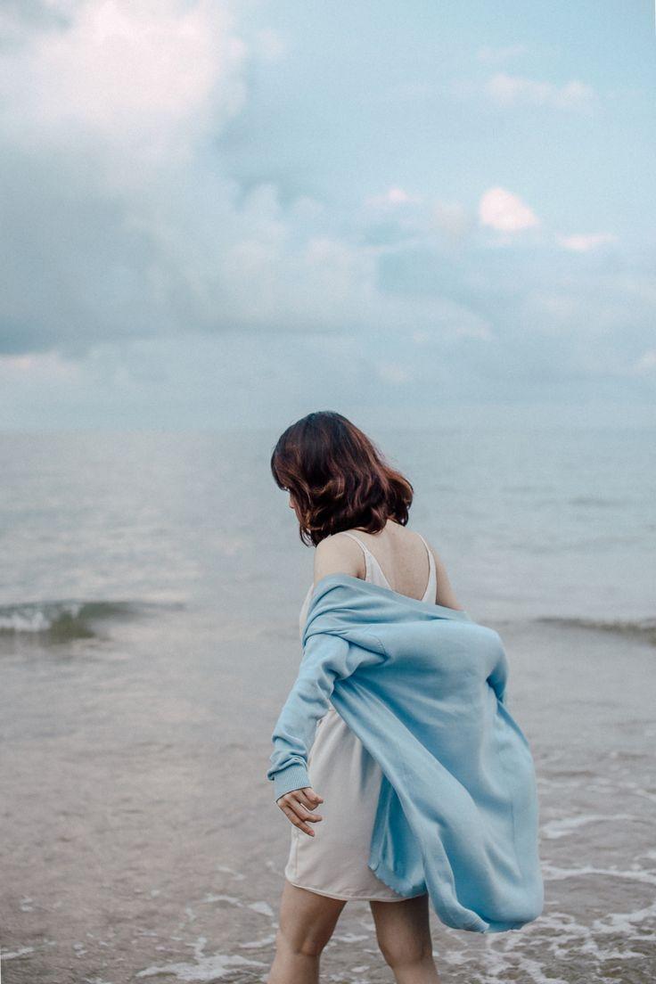 Eis-me  Tendo-me despido de todos os meus mantos  Tendo-me separado de adivinhos mágicos e deuses  Para ficar sozinha ante o silêncio  Ante o silêncio e o esplendor da tua face  Mas tu és de todos os ausentes o ausente  Nem o teu ombro me apoia nem a tua mão me toca  O meu coração desce as escadas do tempo em que não moras  E o teu encontro  São planícies e planícies de silêncio  Escura é a noite  Escura e transparente  Mas o teu rosto está para além do tempo opaco  E eu não habito os…