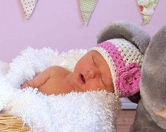 Adorable sombrero con flor, que es de encargo hecho especialmente para usted! Escoges los colores y el tamaño. Este sombrero haría una foto adorable proposición y es ideal para uso diario también.  Por favor comprueba mis anuncios de la tienda para el tiempo actual.   Por favor, asegúrese de medir el tamaño correcto del sombrero. Tamaños disponibles de sombrero:  Recién nacido-nacimiento-2 semanas 0-3 meses se ajusta a 14-15 pulgadas 3-6 meses se ajusta a 15-16 pulgadas 6-12 meses se ajusta…