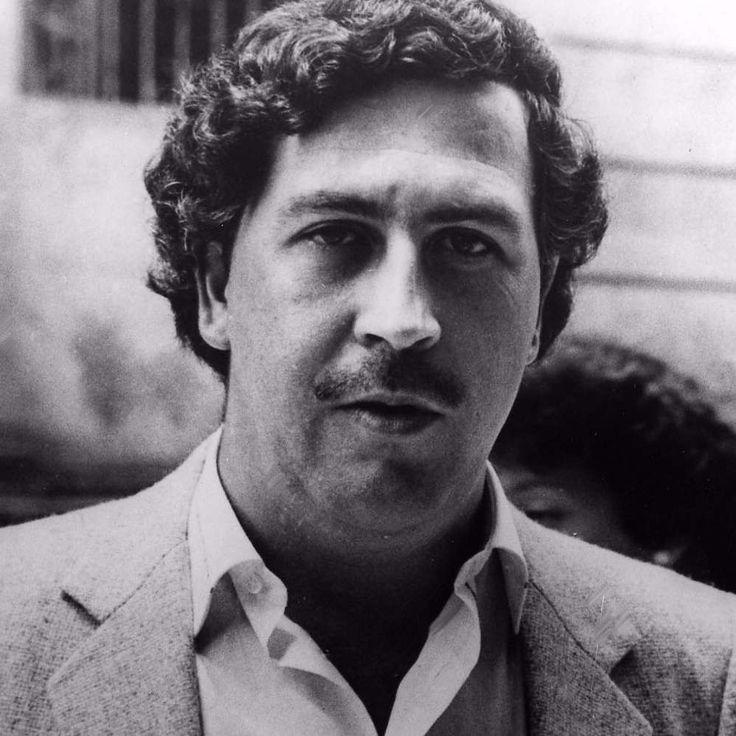 Pablo Escobar estaba preparado para hacer cualquier cosa por sus hijos. Durante su fuga de una ciudad colombiana, su hija experimentó hipotermia y el célebre traficante de drogas decidió encender una fogata para calentarla. Como no tenía a mano más que fajos de billetes, hizo arder dos millones de dólares. #fuego #escobar #billetes http://www.pandabuzz.com/es/anecdota-del-dia/fajos-de-billetes-para-calentarse
