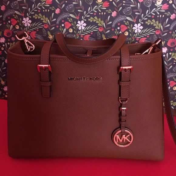 Michael Kors purse SALE FOR TODAY ONLY LOWEST Basically brand new I used it once and it's just to big for me it comes with an attachable crossbody strap ...there is so much room inside and so many pockets literally in brand new condition comes with free gift Michael Kors Bags Satchels