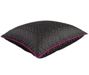 Combinazioni cromatiche eleganti, stoffe preziose e lucide e tanta cura per il dettaglio: questo è il Cushion