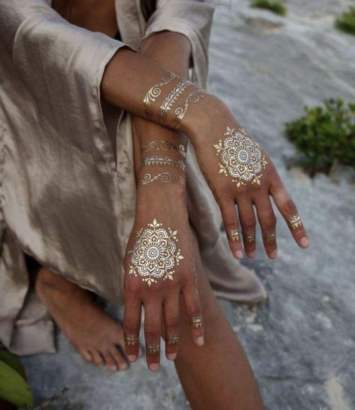 tattoo vorlagen männer goldene dekorationen auf den händen armbänder beige satin bekleidung
