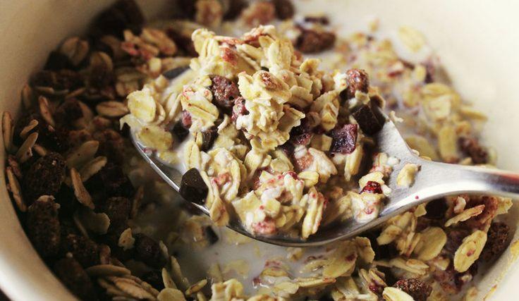 Kölln Müsli Schoko Kirsch Hafer-Vollkorn-Müsli mit 7% Schokolade (Kakao:40% mindestens) und 3,5% gefriergetrockneten Sauerkirschen.