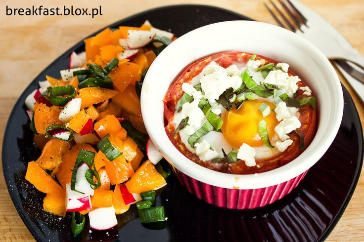 Jajko zapiekane w pomidorze z fetą i bazylią + surówka