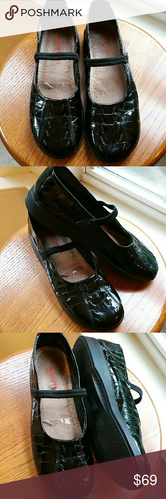 Arcopedico blk patent mary jane style shoes. 9.5 These are a very comfy looking shoe with lots of insole padding, elastic across the foot to hold onto shoe. A size 40 or a 9.5 size. They have s cute sole to them approz. An inch heel. Croc embossed patent leather. New. No box. Shows no signs of wear.. Arcopedico Shoes Flats & Loafers