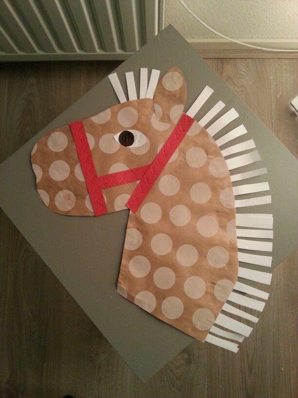 Stokpaard van inpakpapier en karton.