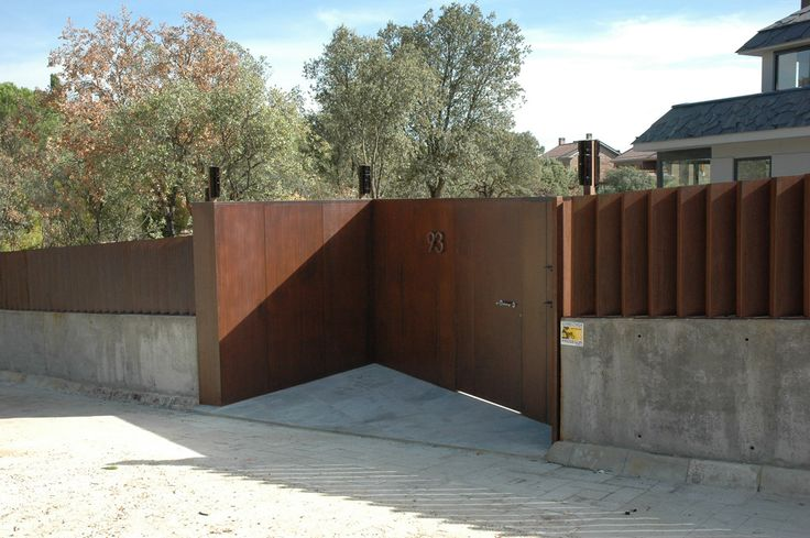 Valla y puerta de corten oxidada con act-COR y tratada solo con con bp-COR. Fence and door oxidized with act-COR and treated only with with bp-COR