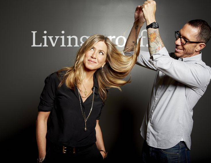 """Se pararmos pra pensar no cabelo mais famoso do mundo, provavelmente lembraremos do """"The Rachel"""" da Jennifer Aniston. Ele segue sendo copiado em salões do mundo todo, seja pelo corte (que passou por diversas fases), bem como cor, é quase irresistível! O autor do corte? O poderoso Chris McMillan, o hairstylist é favorito de metade de …"""