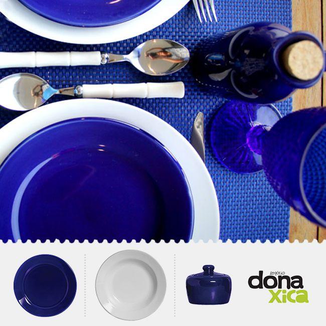 A combinação de louças na cor azul royal e com branco fica muit elegante em uma mesa! Nos inspiramos nestas cores para montar essa composição.