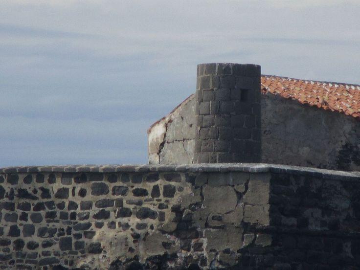 Torre do antigo farol, o primeiro, no Forte Brescou. Estabelecido em 1836, tornou-se inativo em 1901. A torre redonda de pedra, de 9 m, sem pintura, teve a lanterna removida. A  torre pode ser vista subindo no centro do forte que se localiza na Ilha de Brescou, no Mediterrâneo. Em Agde, departamento de Hérault, região administrativa de Languedoc-Roussillon, França.  Fotografia: Anthony Levrot.