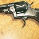 Revolver BODEO Model 1889: Prodám italský armádní revolver Bodeo Model 1889, z roku 1890 …nízké výrobní číslo (vyznačeno i na zbrani), vyroben v Regia Fab. Di Army Brescia, Itálie (státní zbrojovka, následně vyrábělo mnoho výrobců v Itálii a ve Španělsku, ty jsou však již na zbrojní průkaz). Tyto revolvery se vyznačovaly vysokou spolehlivostí a jednoduchostí, vyráběly se v letech 1889-1931 a v italské armádě sloužili ještě za 2. sv. války. Revolver je ve výborném stavu, mechanika funguje…