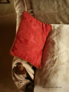 taupe et dtail coussin rouge comme les rideaux taupe cover and red cushion as the