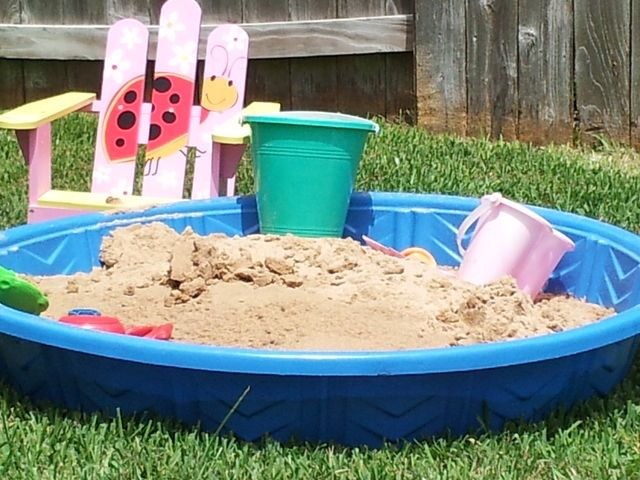 love the idea of a sand box for kids to play with