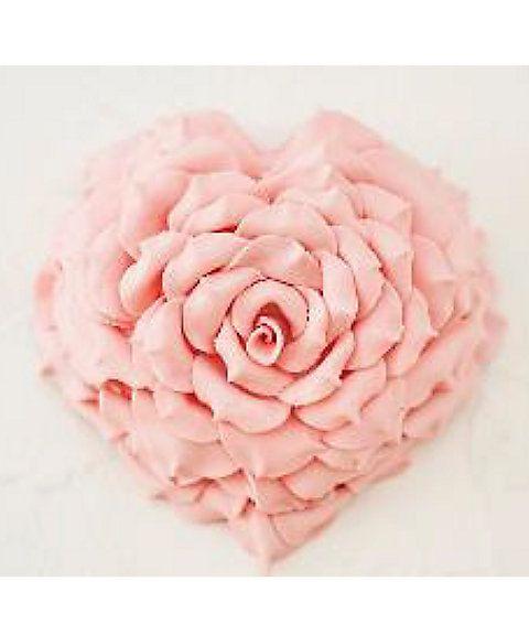 一年に一度の特別な時間が喜びと美味しさで溢れますように…。花びら1枚1枚に想いをこめて大輪のバラを咲かせた苺のショートケーキ。箱をあけた瞬間、思わず歓声が湧きあがってしまいそう。