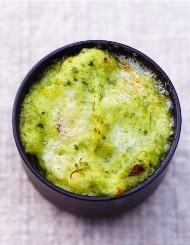 Recette Purée mousseline soufflée aux herbes : Faites cuire les pommes de terre pelées et coupées en 4 si elles sont grosses dans de l'eau bouillante salée...