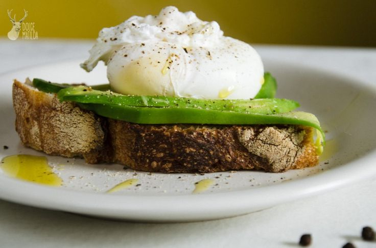 L'uovo in camicia con pane e avocado è un pasto sano e veloce, ricco di proteine e un toccasana per il cuore grazie all'avocado che è ricco di grassi buoni, vitamine A, E, C. La cottura delle uova in camicia, dette anche affogate o poché, consiste nel cuocere l'uovo sgusciato in acqua bollente. La procedura...Leggi