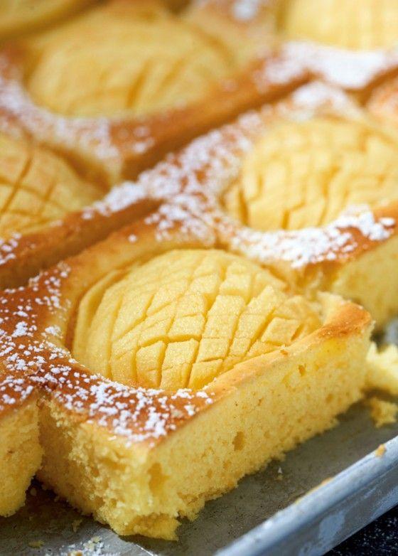 Saftiger Apfel-Grießkuchen - Joghurt, Mandeln, Grieß und Orangenschale machen den Kuchen locker und frisch, Äpfel und Orangensirup geben eine fruchtige Note.
