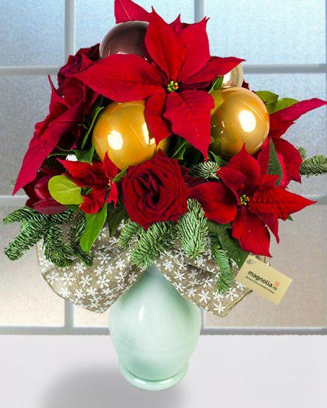 Buchet cu Euphorbia, trandafiri şi globuri de Crăciun.  Flower bouquet with Euphorbia, roses and Christmas ornaments