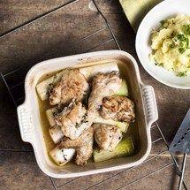 Kip uit de oven met prei en geplette aardappelen